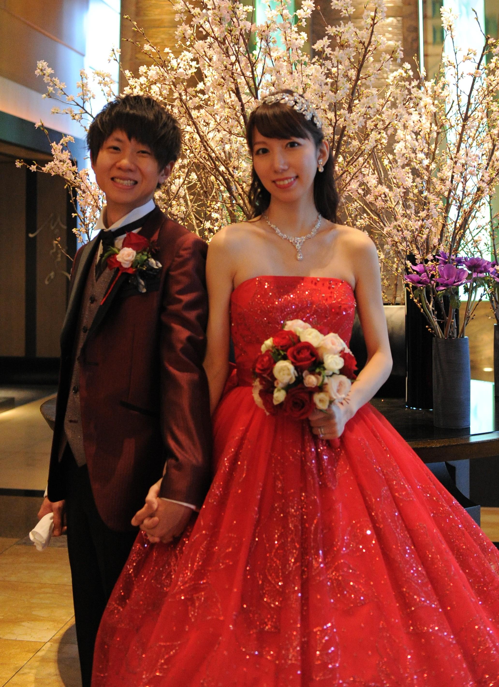 上記のカラードレスの色違いドレスです。やはりアクセサリーはキラキラのラインストーンタイプが合います!こちらの花嫁様は、ヘッドドレスもキラキラしたものを使用し
