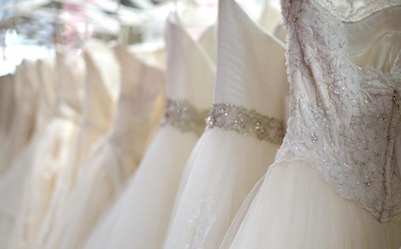 店内は約100坪の広さで、ドレスは常時1000着以上