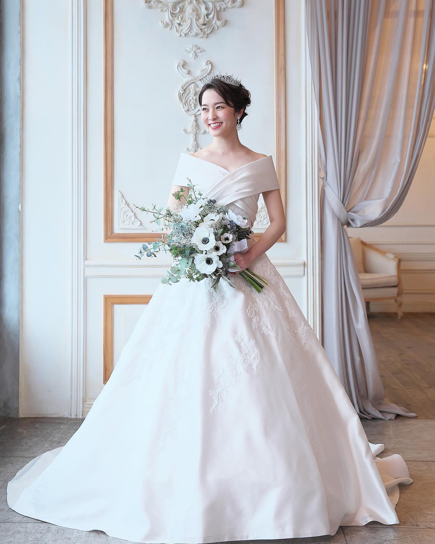 ・@lovetiara.bridal さまの撮影で当店のドレスをセレクトしていただきました・撮影の様子を少しずつご紹介していきますね・モデルは @mako__sato さんとーっても美しく着こなして下さいました🥰・Special thanksaccessory @lovetiara.bridal model @mako__sato photographer @artephoto_meghair make @mika.mydresser bouquet @le_bourgeon_bouquet ・#wedding #weddingdress #bridalhiro #ウェディングドレス #プレ花嫁 #ドレス試着 #2021夏婚 #2021冬婚 #ヘアメイク #結婚式  #ドレス選び #前撮り #後撮り #フォトウェディング #ウェディングヘア  #フォト婚 #前撮り写真 #ブライダルフォト #カップルフォト #ウェディングドレス探し #ウェディングドレス試着 #レンタルドレス #ドレスショップ #家族婚 #ブライダルヒロ