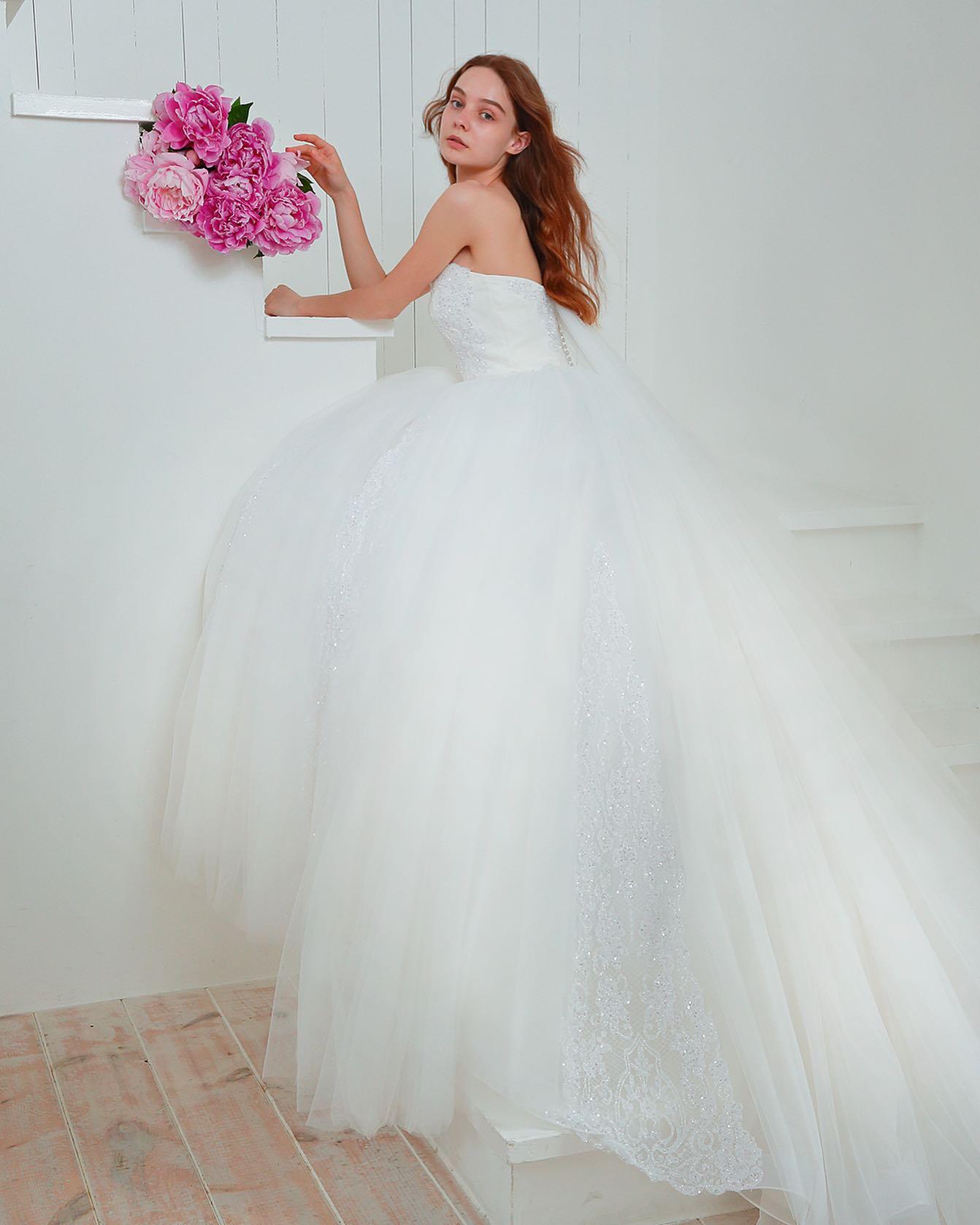 """・当店でも大人気の""""KIYOKO HATA""""のウェディングドレス・「 #360度恋するドレス 」がコンセプトで品格のある華やかさは、特別な日の花嫁をhappyオーラで包み込みます・大人の花嫁にも相応しい一着ぜひご試着にいらして下さい・レンタル価格¥200,000・#wedding #weddingdress #bridalhiro #kiyokohata#ウェディングドレス #プレ花嫁 #ドレス試着 #2021夏婚 #2021冬婚 #ヘアメイク #結婚式  #ドレス選び #前撮り #後撮り #フォトウェディング #ウェディングヘア  #フォト婚 #前撮り写真 #ブライダルフォト #カップルフォト #ウェディングドレス探し #ウェディングドレス試着 #レンタルドレス #ドレスショップ #家族婚 #ブライダルヒロ #キヨコハタ #キヨコハタドレス"""