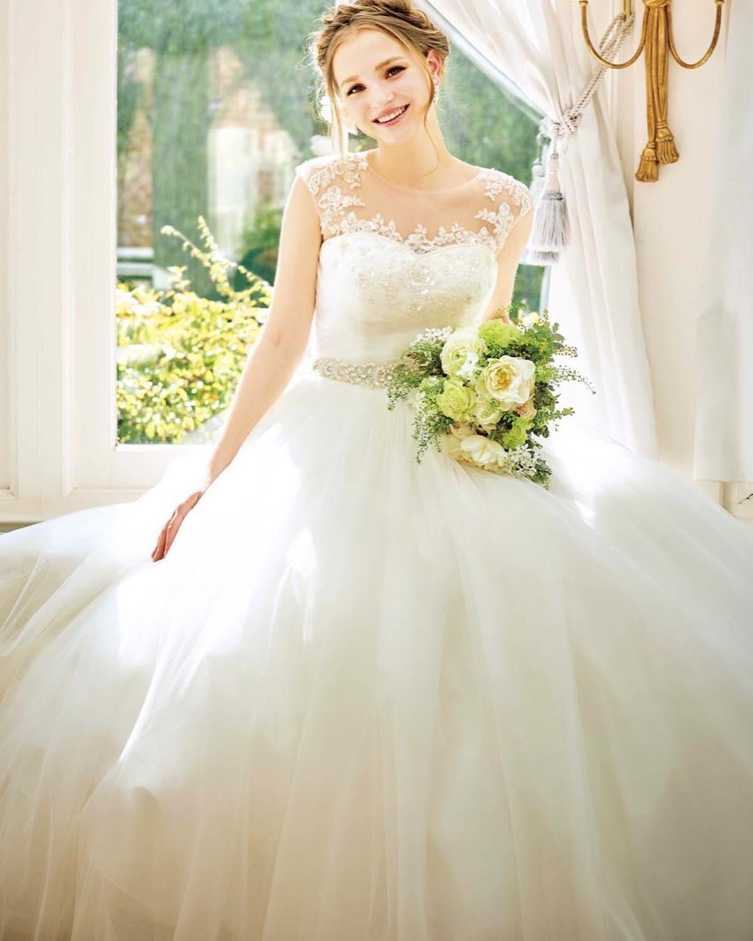 .座っている時のスカートの広がり方も、ウェディングドレスの魅力のひとつですね.こちらのドレスの試着にはお取り寄せが必要ですので、事前のご予約をお願い致します(๑・̑◡・̑๑).#ブライダルヒロ #bridalhiro#ウェディングドレス#カラードレス#ウェディングドレス試着#ウェディングドレスレンタル#ドレス迷子#ブライダル#ドレスレンタル#貸衣装#ドレスショップ#プレ花嫁#全国のプレ花嫁さんと繋がりたい #お色直し#披露宴#結婚式#チュールドレス
