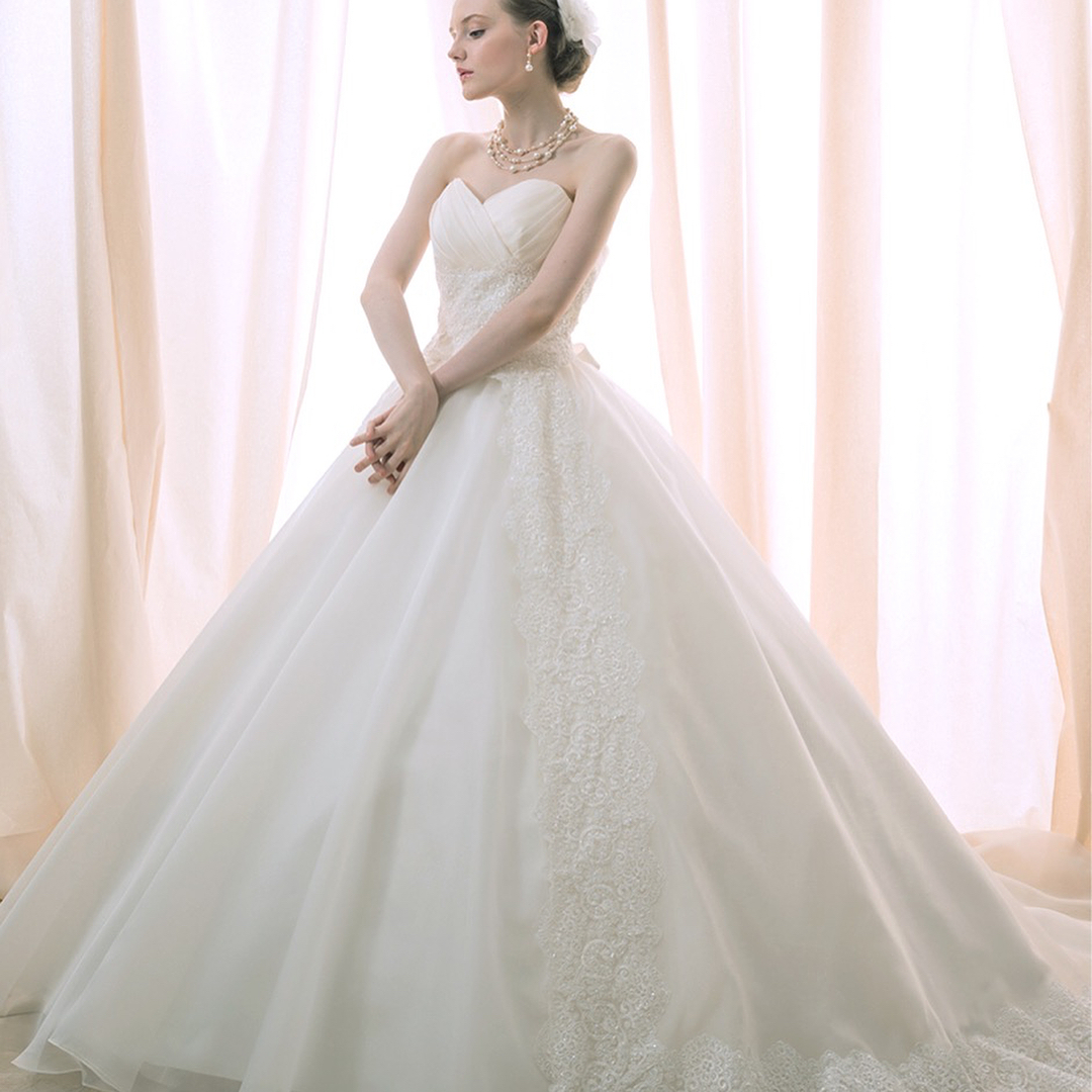 ブライダルヒロです新しいドレスを入荷しました!→→2枚あります→→.大きめにあいたハートカットがデコルテをスッキリと見せてくれるウェディングドレスですふわりと揺れる柔らかスカート、バックの小さなリボンが女性らしさを感じさせるデザインに.#ブライダルヒロ#bridalhiro #ウェディングドレス#ウェディングドレス試着 #ウェディングドレスレンタル#aライン #aラインドレス #ドレスレンタル#ドレス試着#プレ花嫁#全国のプレ花嫁さんと繋がりたい #全国の花嫁さんと繋がりたい#結婚式#披露宴#ブライダル
