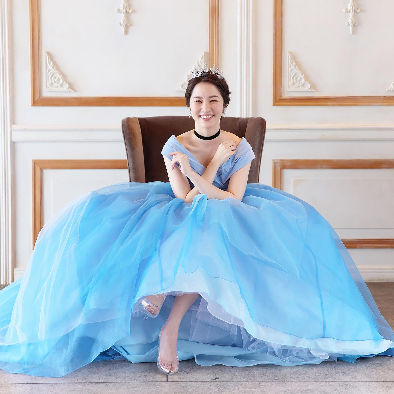 ・@lovetiara.bridal さまの撮影で当店のドレスをセレクトしていただきました・今回はカラードレスversion・モデルは @mako__sato さんCinderellaのように着こなして下さいました・お写真映えするドレスなのでフォトウェディングにもピッタリな一着です・Special thanksaccessory @lovetiara.bridal model @mako__sato photographer @artephoto_meghair make @mika.mydresser bouquet @le_bourgeon_bouquet ・#wedding #weddingdress #bridalhiro #lovetiara #ウェディングドレス #プレ花嫁 #ドレス試着 #2021夏婚 #2021冬婚 #ヘアメイク #結婚式  #ドレス選び #前撮り #後撮り #フォトウェディング #ウェディングヘア  #フォト婚 #前撮り写真 #ブライダルフォト #カップルフォト #ウェディングドレス探し #ウェディングドレス試着 #レンタルドレス #ドレスショップ #家族婚 #ブライダルヒロ #ゼクシィ #ラブティアラ