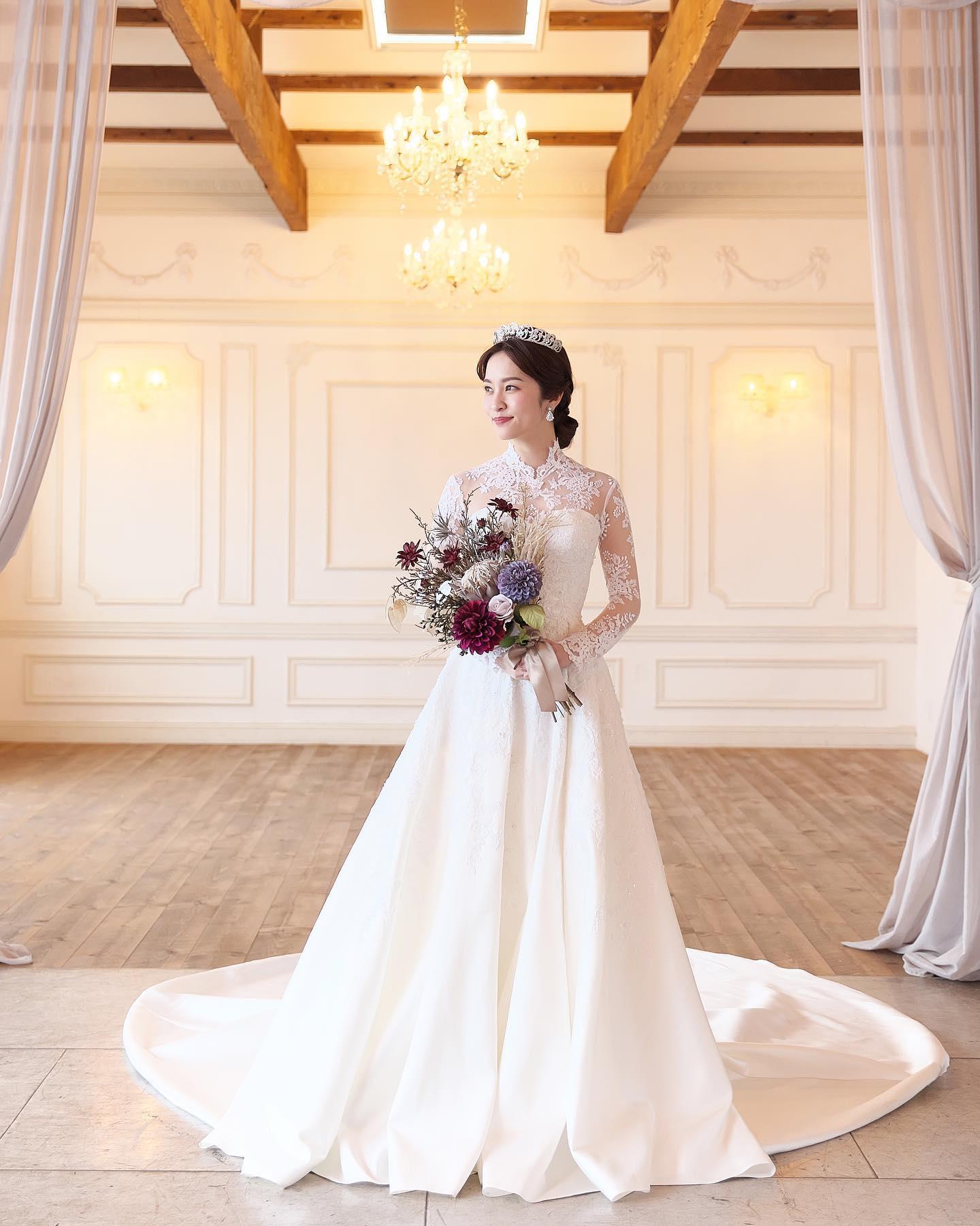 ・本日は @lovetiara.bridal さまの撮影の続きをご紹介こちらも当店のドレスをセレクトしていただきました・今回は #インポートドレス レンタル料金:168,000円お袖を付けてアレンジ致しました❣️お袖アレンジ料金:+10,000円・ブライダルヒロでは様々なドレスのカスタマイズが可能です花嫁様のご希望に合わせてご提案させていただきますのでどんな事でもご相談下さいませ・Special thanksaccessory @lovetiara.bridal model @mako__sato photographer @artephoto_meghair make @mika.mydresser bouquet @le_bourgeon_bouquet ・#wedding #weddingdress #bridalhiro #lovetiara #ウェディングドレス #プレ花嫁 #ドレス試着 #2021夏婚 #2021冬婚 #ヘアメイク #結婚式  #ドレス選び #前撮り #後撮り #フォトウェディング #ウェディングヘア  #フォト婚 #前撮り写真 #ブライダルフォト #カップルフォト #ウェディングドレス探し #ウェディングドレス試着 #レンタルドレス #ドレスショップ #家族婚 #ブライダルヒロ #ゼクシィ #ラブティアラ