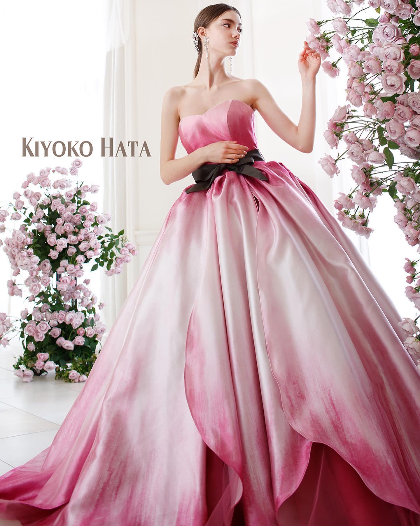 入荷予定ドレスのお知らせ🕊・大人気の#キヨコハタ の入荷予定ドレスです・咲きたてのチューリップのフルーティな香りが漂ってきそうな花びらをモチーフにしたスカート・ミルクホワイトからローズピンクへのグラデーションを表現しています・まるでチューリップの中でくつろぎながら夢を見る親指ひめになったような幻想の世界へといざないます・同素材でボリュームのあるパフスリーブブラウスは着脱可能なのでシーンやお好みに合わせてスタイリングが可能・他の誰とも被らないようなお色直しにいかがでしょうか・入荷前の為、試着予約に関しては事前にお問い合わせ下さいKH-0512 ピンク・#wedding #weddingdress #bridalhiro #kiyokohata #ウェディングドレス #プレ花嫁 #ドレス試着 #2021冬婚 #ヘアメイク #結婚式  #ドレス選び #前撮り #後撮り #フォトウェディング #ウェディングヘア  #フォト婚 #前撮り写真 #ブライダルフォト #カップルフォト #ウェディングドレス探し #ウェディングドレス試着 #レンタルドレス #ドレスショップ #家族婚 #ブライダルヒロ #ゼクシィ #プリンセスライン #ドレス迷子 #キヨコハタ #キヨコハタドレス