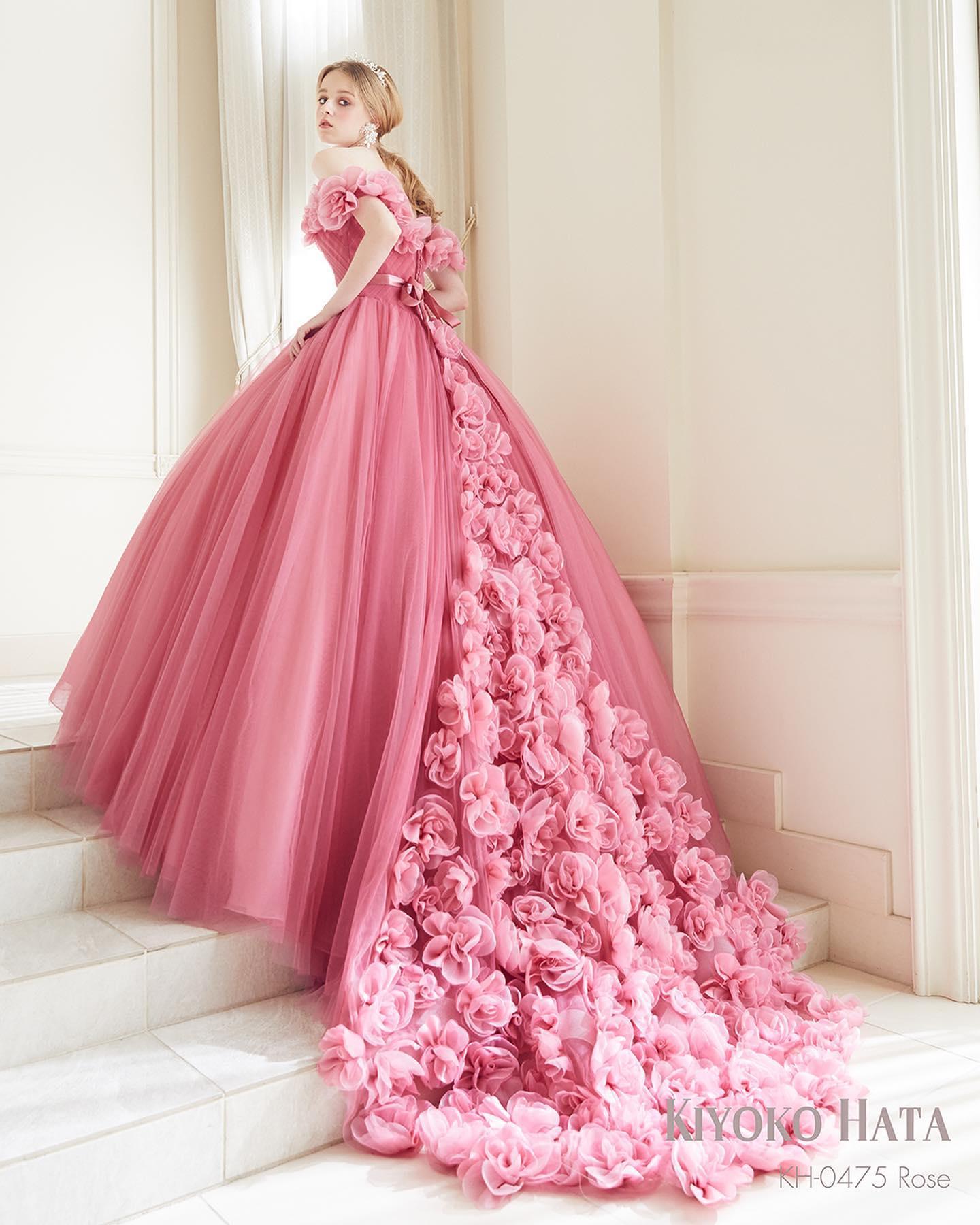 ・入荷予定ドレスのお知らせ・大人気の#キヨコハタ の入荷予定ドレスです❣️・ケープと後のトレーン一面に布花を敷詰めた、まるでフラワーガーデンのようなドレスケープを取ると前からはシンプルなチュールドレスにバックスタイルは可憐で印象的に・試着予約に関してはお問い合わせ下さいドレス名:FIORENZA #フィオレンツァ 意味:満開の花・#wedding #weddingdress #bridalhiro #kiyokohata#ウェディングドレス #プレ花嫁 #ドレス試着 #2021夏婚 #2021冬婚 #ヘアメイク #結婚式  #ドレス選び #前撮り #後撮り #フォトウェディング #ウェディングヘア  #フォト婚 #前撮り写真 #ブライダルフォト #ウェディングドレス探し #ウェディングドレス試着 #レンタルドレス #ドレスショップ #ブライダルヒロ #ゼクシィ #プリンセスライン #ドレス迷子 #キヨコハタ #キヨコハタドレス