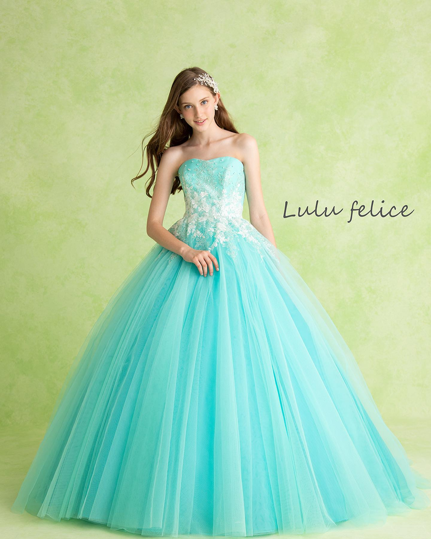 本日はLuLu felice(ルル フェリーチェ)のカラードレスをご紹介・やわらかなターコイズブルーが爽やかグリッターやビジュー、パールがふんだんにちりばめられて…動くたびにキラキラ輝きますふんわりとしたチュールのスカートが花嫁様の可愛らしさをより一層引き立ててくれます・夏に向けてピッタリな一着ぜひお問い合わせ下さいませ・【LuLu felice】CD0365LU-0046レンタル価格:¥220,000・#wedding #weddingdress #bridalhiro  #lulufelice#ウェディングドレス #プレ花嫁 #ドレス試着 #2021夏婚 #2021冬婚 #ヘアメイク #結婚式  #ドレス選び #前撮り #後撮り #フォトウェディング #ウェディングヘア  #フォト婚 #前撮り写真 #ブライダルフォト #カップルフォト #ウェディングドレス探し #ウェディングドレス試着 #レンタルドレス #ドレスショップ #家族婚 #ブライダルヒロ #ゼクシィ #プリンセスライン #ドレス迷子 #ルルフェリーチェ