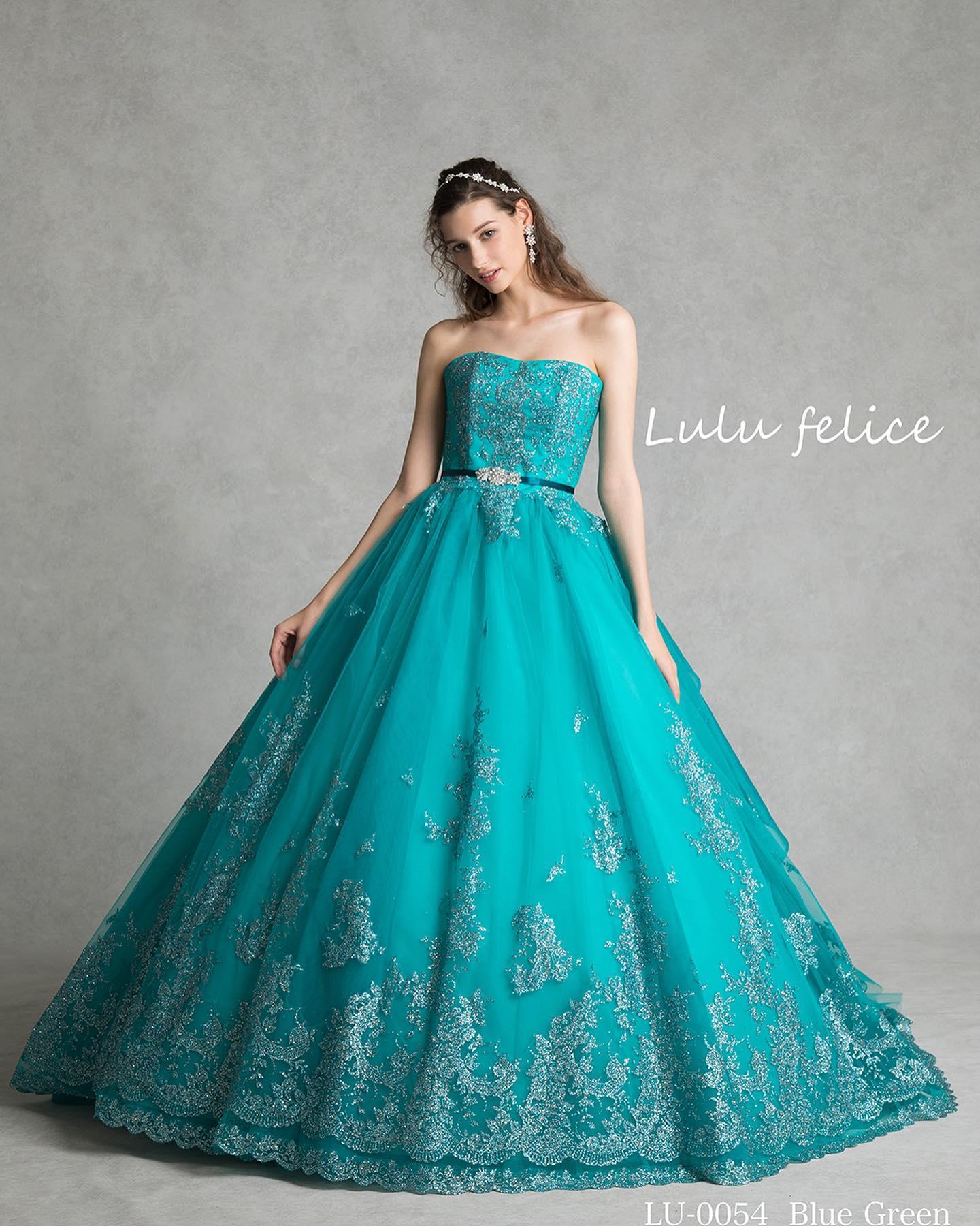 本日はLuLu felice(ルル フェリーチェ)のカラードレスをご紹介・深みのある色合いと裾にあしらわれた上品なグリッターが美しいブルーグリーンのドレス・バックスタイルはペプラム使いでほど良いボリュームがあり華やかな印象高級感と可愛らしさをあわせ持つ魅力的な一着です・これからの季節にピッタリの一着ご予約お待ちしております🕊・【Lulu felice】LU-0054レンタル価格:220,000・#wedding #weddingdress #bridalhiro  #lulufelice#ウェディングドレス #プレ花嫁 #ドレス試着 #2021夏婚 #2021冬婚 #ヘアメイク #結婚式  #ドレス選び #前撮り #後撮り #フォトウェディング #ウェディングヘア  #フォト婚 #前撮り写真 #ブライダルフォト #カップルフォト #ウェディングドレス探し #ウェディングドレス試着 #レンタルドレス #ドレスショップ #家族婚 #ブライダルヒロ #ゼクシィ #プリンセスライン #ドレス迷子 #ルルフェリーチェ