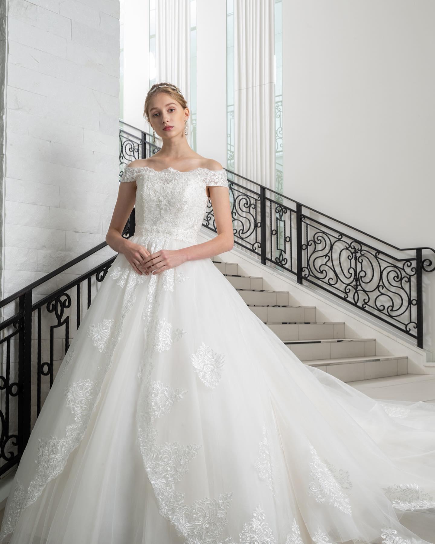 ・今日は久しぶりにウェディングドレスのご紹介🤍・ モチーフをふんだんにあしらったオフショルダーの身頃も美しく華やかな雰囲気オーバースカートを外して使うこともできる2WAYなのも嬉しいポイントシンプルなシルエットでありながら、花嫁様の憧れをつめこんだ夢のあるドレスです・ぜひなりたい花嫁♀️を教えて下さい・VERY KURAUDIA(ベリークラウディア) VK-0236WD1269レンタル料金¥220,000・#wedding #weddingdress #bridalhiro #kiyokohata #anteprema#ウェディングドレス #プレ花嫁 #ドレス試着 #2021冬婚 #ヘアメイク #結婚式  #ドレス選び #前撮り #後撮り #フォトウェディング #ウェディングヘア  #フォト婚 #前撮り写真 #ブライダルフォト #カップルフォト #ウェディングドレス探し #ウェディングドレス試着 #レンタルドレス #ドレスショップ #家族婚 #ブライダルヒロ #ゼクシィ #プリンセスライン #ドレス迷子  #オフショルダー
