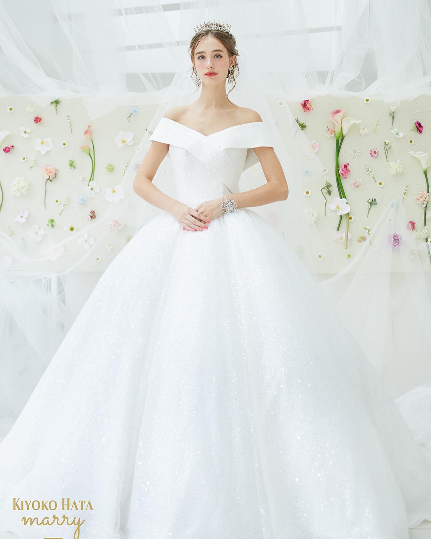 """今日は大人気の""""KIYOKO HATA × marry""""のウェディングドレスをご紹介🤍・総スパンコールで動くたびに瞬き、披露宴パーティーの照明の下では、細かいガラスのような輝きを放ちます・素材がキラキラなので、形はぐっとエレガントに見えるようにオフショルダーでロイヤルウェディング風にデザインされているのもポイント🕊・お袖の取り外しも可能な2WAYドレスです・ご試着いかがでしょうか・ウエディングドレス 【KIYOKO HATA × marry】WD1263KH-0022・#wedding #weddingdress #bridalhiro #kiyokohata #marry#ウェディングドレス #プレ花嫁 #ドレス試着 #2021冬婚 #ヘアメイク #結婚式  #ドレス選び #前撮り #後撮り #フォトウェディング #ウェディングヘア  #フォト婚 #前撮り写真 #ブライダルフォト #カップルフォト #ウェディングドレス探し #ウェディングドレス試着 #レンタルドレス #ドレスショップ #家族婚 #ブライダルヒロ #ゼクシィ #プリンセスライン #ドレス迷子"""