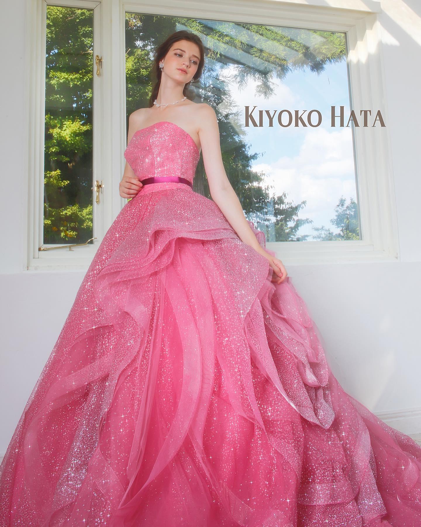・今日は大人気のKIYOKO HATA のカラードレスをご紹介・可愛らしいコーラルピンクのドレス見る人を魅了する幸せ感あふれる花嫁様に・美しく輝く細かいグリッターのグラデーションと、動くたびにランダムに揺れるフリルが魅力的な一着です🥰・ぜひご試着下さい🕊・ 【KIYOKO HATA】CD0354KH-0449レンタル料金・#wedding #weddingdress #bridalhiro #kiyokohata #ウェディングドレス #プレ花嫁 #ドレス試着 #2021冬婚 #ヘアメイク #結婚式  #ドレス選び #前撮り #後撮り #フォトウェディング #ウェディングヘア  #フォト婚 #前撮り写真 #ブライダルフォト #カップルフォト #ウェディングドレス探し #ウェディングドレス試着 #レンタルドレス #ドレスショップ #家族婚 #ブライダルヒロ #ゼクシィ #プリンセスライン #ドレス迷子 #キヨコハタ #キヨコハタドレス