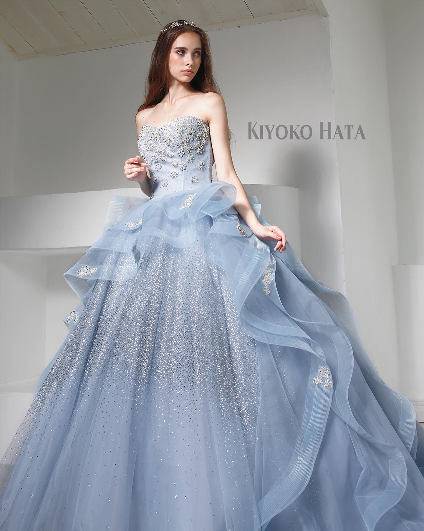 """今日は大人気の""""KIYOKO HATAのカラードレスをご紹介・ブルーグレーにキラキラのグリッターとシルバービジューのお花があしらわれたドレス・ウエスト位置から立体的に広がるデザインがキュート・360℃美しいラインと華やかなボリュームが、見る人の心の印象に残る素敵な一着です・ご試着いかがでしょうか・【KIYOKO HATA】CD0346KH0430・#wedding #weddingdress #bridalhiro #kiyokohata #marry#ウェディングドレス #プレ花嫁 #ドレス試着 #2021冬婚 #ヘアメイク #結婚式  #ドレス選び #前撮り #後撮り #フォトウェディング #ウェディングヘア  #フォト婚 #前撮り写真 #ブライダルフォト #カップルフォト #ウェディングドレス探し #ウェディングドレス試着 #レンタルドレス #ドレスショップ #家族婚 #ブライダルヒロ #ゼクシィ #プリンセスライン #ドレス迷子"""