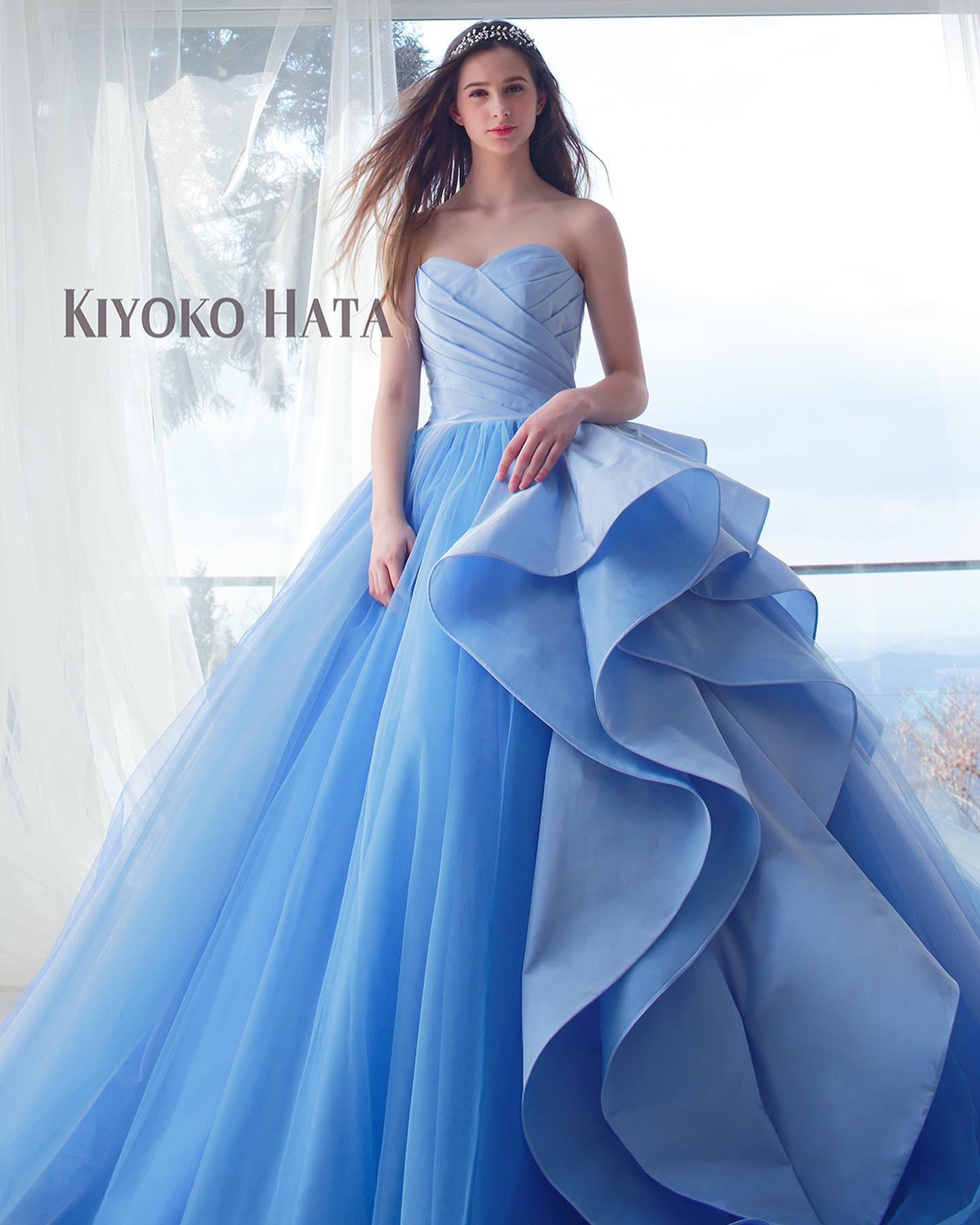 """今日は大人気の""""KIYOKO HATAのカラードレスをご紹介・スカート部分が縦グラデーションになるようソフトチュールを合わせている大人可愛いドレス・スカートの左脇に波打つ美しいフリルが印象的🥺肩のケープは取り外し可能なので2WAYで使えるもの嬉しいポイントですね・ぜひお問い合わせ下さい・【KIYOKO HATA】CD0366KH-0457・#wedding #weddingdress #bridalhiro #kiyokohata #marry#ウェディングドレス #プレ花嫁 #ドレス試着 #2021冬婚 #ヘアメイク #結婚式  #ドレス選び #前撮り #後撮り #フォトウェディング #ウェディングヘア  #フォト婚 #前撮り写真 #ブライダルフォト #カップルフォト #ウェディングドレス探し #ウェディングドレス試着 #レンタルドレス #ドレスショップ #家族婚 #ブライダルヒロ #ゼクシィ #プリンセスライン #ドレス迷子"""