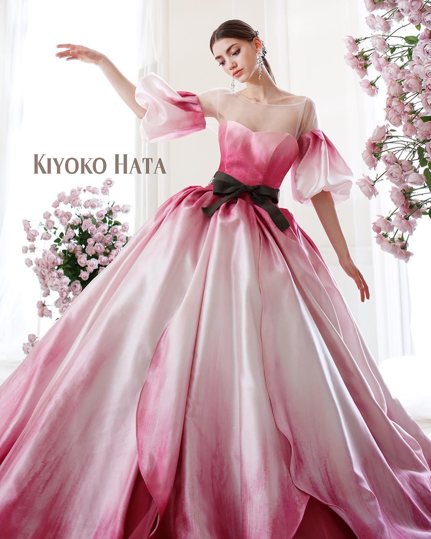 """お待たせ致しました・大人気の""""KIYOKO HATA(キヨコハタ)""""のカラードレスが入荷しました・咲きたてのチューリップの花びらをモチーフにしたスカート・ミルクホワイトからローズピンクへのグラデーションをプリントにて表現しています・まるでチューリップの中でくつろぎながら夢を見る親指姫になったような幻想の世界へといざないます・同素材でボリュームのあるパフスリーブブラウスは着脱可能なのでシーンやお好みに合わせてスタイリングして頂けます・ぜひご試着下さいませ🥰・カラードレス 【KIYOKO HATA】CD0372KH-0512・#wedding #weddingdress #bridalhiro #kiyokohata #isamumorita#ウェディングドレス #プレ花嫁 #ドレス試着 #2021冬婚 #ヘアメイク #結婚式  #ドレス選び #前撮り #後撮り #フォトウェディング #ウェディングヘア  #フォト婚 #前撮り写真 #ブライダルフォト #カップルフォト #ウェディングドレス探し #ウェディングドレス試着 #レンタルドレス #ドレスショップ #家族婚 #ブライダルヒロ #ゼクシィ #プリンセスライン #ドレス迷子 #キヨコハタ"""