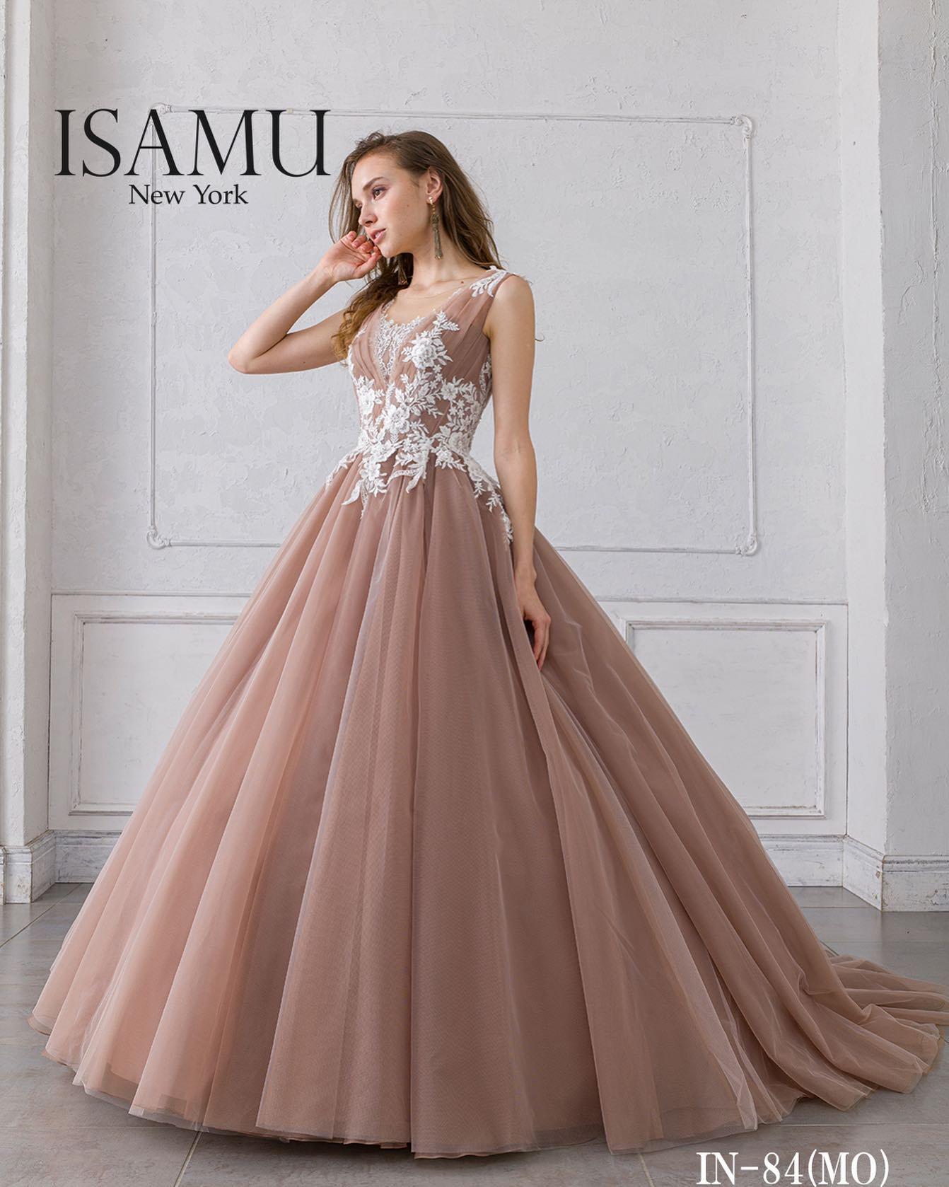 """・今日は大人気の""""ISAMU MORITA(イサムモリタ)""""のカラードレスをご紹介♀️・肩、袖から胸元にかけてのデザインがシンプルな中にも美しさが宿る一着・スカート部分に使用されたたっぷりとしたチュールのボリュームが、可愛らしさも演出してくれる魅力的なドレスです・ご試着いかがでしょうか・カラードレス 【ISAMU MORITA】CD0360IN-84レンタル価格:¥220,000・#wedding #weddingdress #bridalhiro #kiyokohata #isamumorita#ウェディングドレス #プレ花嫁 #ドレス試着 #2021冬婚 #ヘアメイク #結婚式  #ドレス選び #前撮り #後撮り #フォトウェディング #ウェディングヘア  #フォト婚 #前撮り写真 #ブライダルフォト #カップルフォト #ウェディングドレス探し #ウェディングドレス試着 #レンタルドレス #ドレスショップ #家族婚 #ブライダルヒロ #ゼクシィ #プリンセスライン #ドレス迷子 #イサムモリタ"""